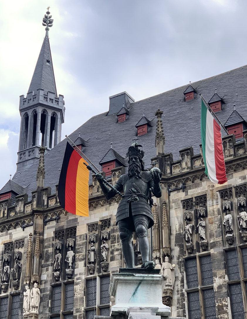 Aachen, Bronzestatue Karl der Große (1620) vor dem Rathaus (Foto: Christoph Schäfer, 1.5.2021)