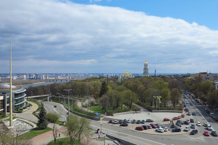 Blick vom Hotel Salute (Zimmer 607 im 6. Stock) nach Süden auf den Slavy-Platz, hinter dem Park das Höhlenkloster, links der Dnepr