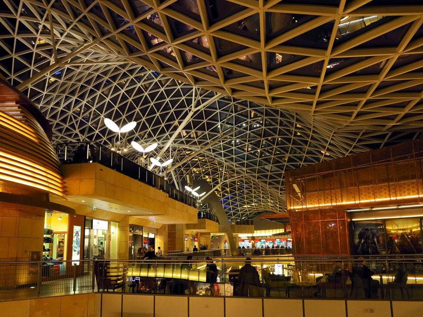 Blick zur wellenförmigen Glasdachkonstruktion