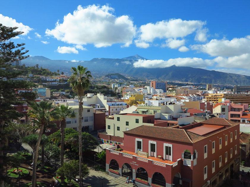 Puerto de la Cruz, am Horizont der Pico del Teide. Blick vom Dach des Hotels Marquesa