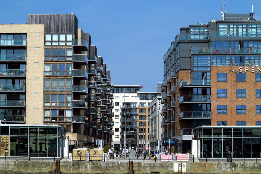 Moderne Wohn- und Geschäftshäuser in den Docklands, am nördlichen Ufer des River Liffey