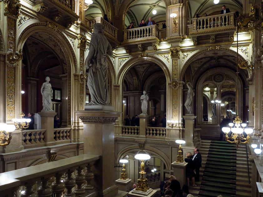 Das berühmte Stiegenhaus des Opernhauses, Treffpunkt während des Opernballs