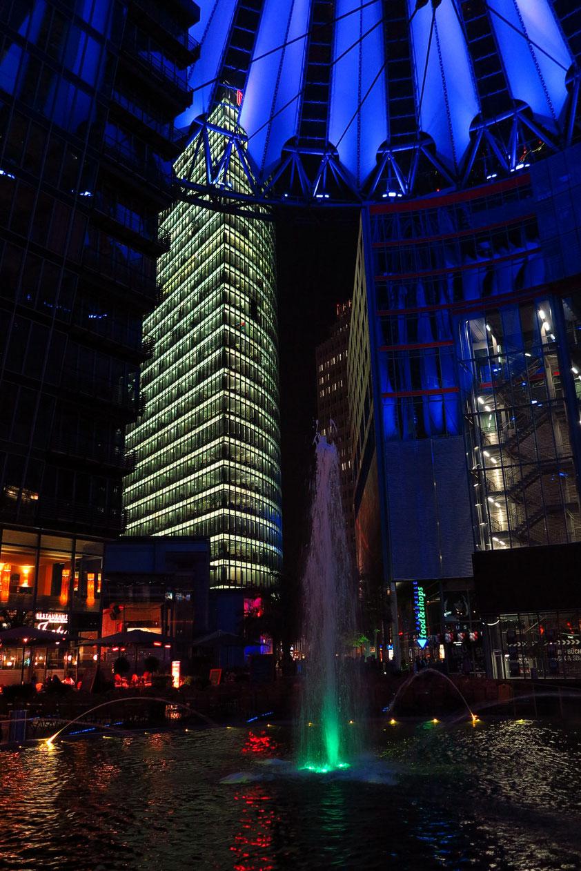 Forum des Sony Centers bei Nacht