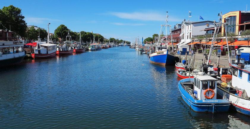 Am Alten Strom, einem ehemaligen Mündungsarm der Warnow, befinden sich ein Fischereihafen, Restaurants, Cafés und Boutiquen.