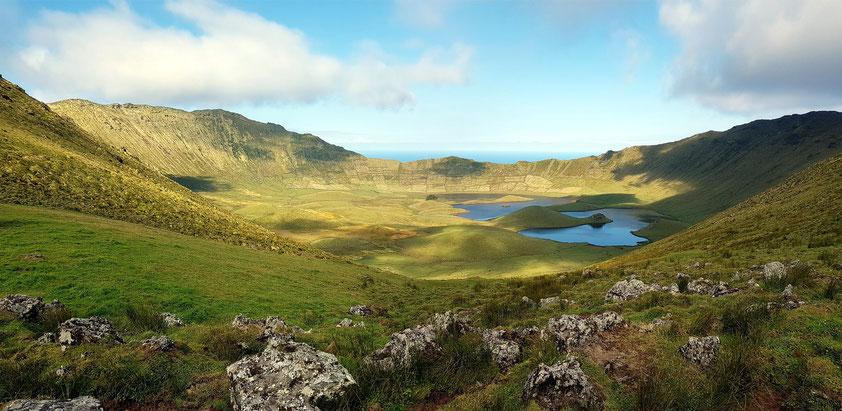 Caldeirão, Krater mit Seen an der Nordspitze von Corvo (Fahrt mit Großtaxi von Vila do Corvo)