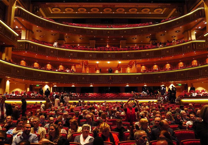 Royal Opera House Muscat, Zuschauerraum mit Parkett und Rängen für 1100 Besucher