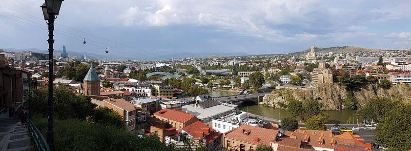 Panoramablick auf Tbilisi vom Aufgang zur Festung Nariqala