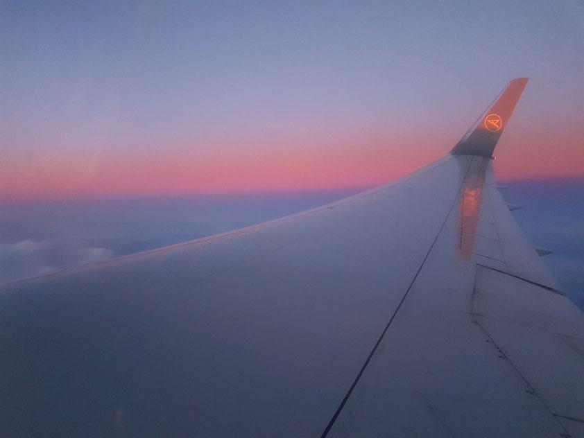 Über den Wolken nach Westen, dem Sonnenuntergang entgegen
