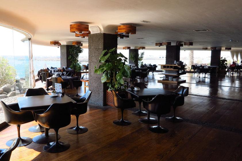 Restaurant im Untergeschoss des Castillo de San José im Charme der 70er Jahre des 20. Jahrhunderts