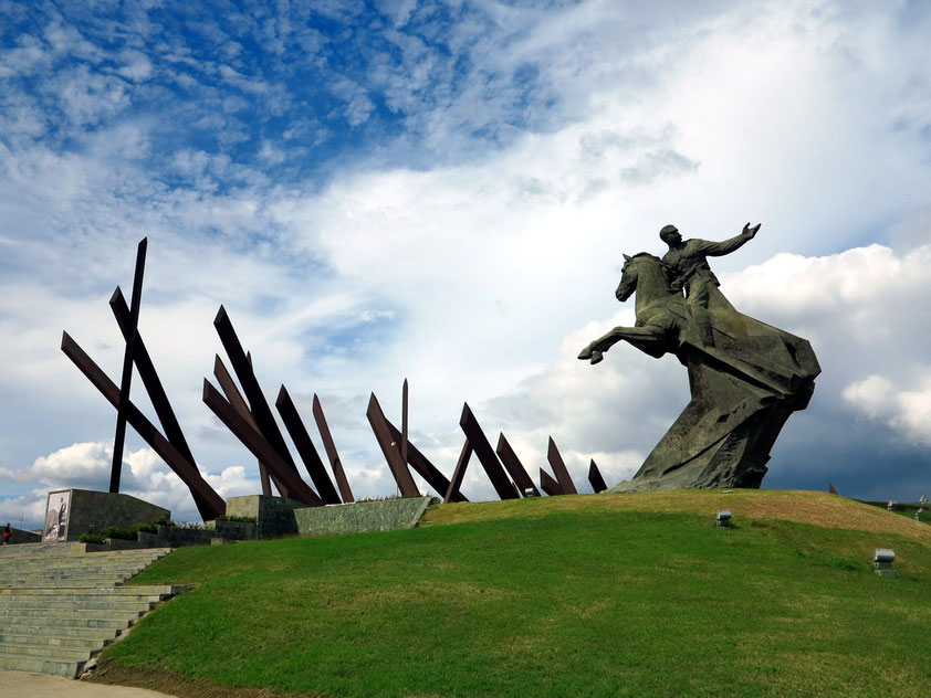 Platz der Revolution: Reiterdenkmal von Antonio Maceo und 23 Macheten zur Erinnerung an den 23. März 1878 (Erneuerung des kubanischen Freiheitskampfes um die Unabhängigkeit von den Spaniern)