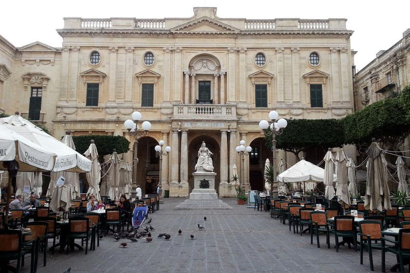 Nationalbibliothek mit dem Denkmal von Queen Victoria, links Café Cordina