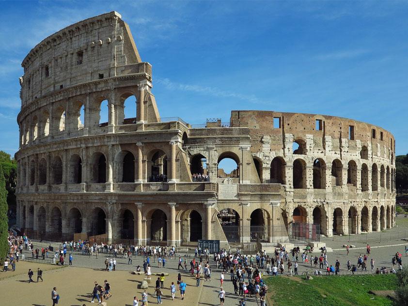 Kolosseum, das größte je gebaute Amphitheater der Welt, zwischen 72 und 80 n. Chr. errichtet. Platz für ca. 50 000 Zuschauer