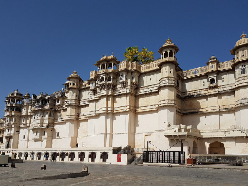 Stadtpalast mit der eindrucksvollen Fassade am östlichen Ufer des Pichola-Sees