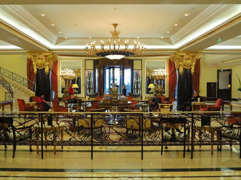 Edler imperialer Stil im Foyer des Hotels Ritz-Carlton