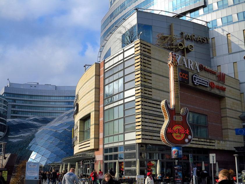 Złote Tarasy, ein multifunktionaler Gebäudekomplex mit Einkaufszentrum, zwei Bürogebäuden, Unterhaltungs- und Fitnessbereich, 2007 eröffnet