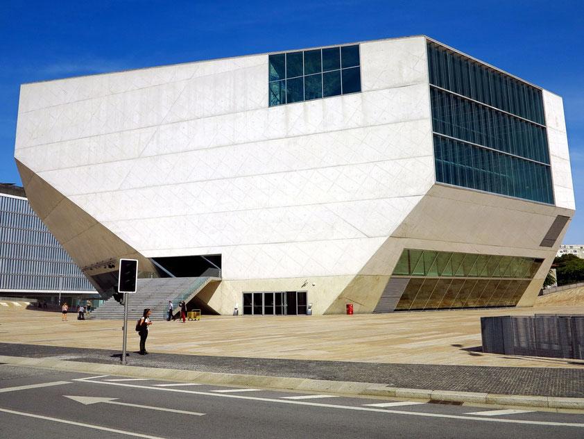 Casa da Música, Architekten: Rem Koolhaas und Ellen van Loon (Die Kanten des Gebäudes stehen senkrecht und entsprechen nicht den fotografischen Verzeichnungen.)