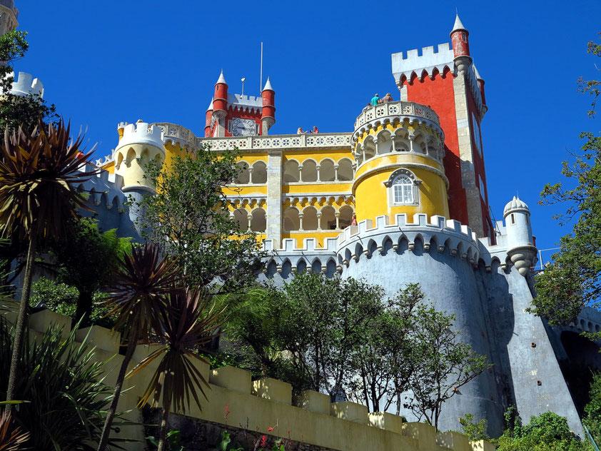 """Wegen seines eklektizistischen Baustils gilt der Palácio Nacional da Pena als das """"Neuschwanstein Portugals"""", errichtet nach 1840 als Sommerresidenz der portugiesischen Könige"""