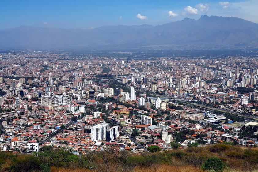Panoramablick vom Aussichtsberg San Pedro (2 800 m) auf Cochabamba (2 560 m)