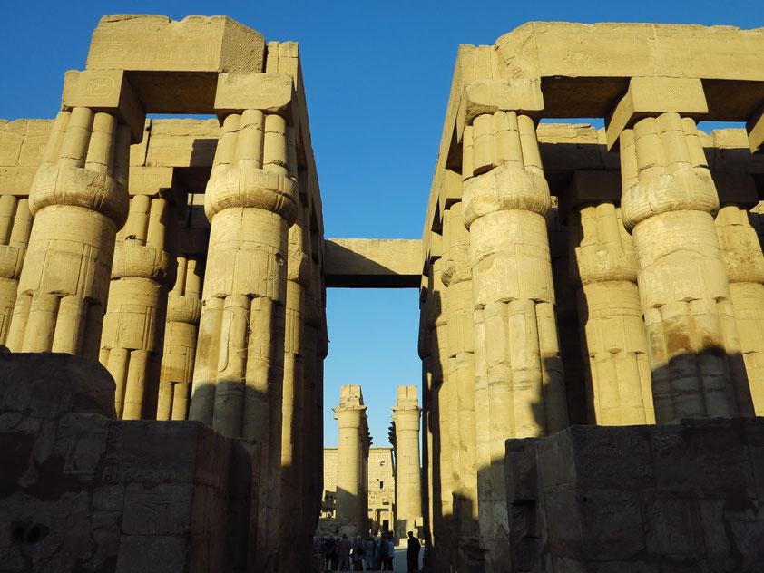 Luxor-Tempel. Säulenhof Amenophis' III., dahinter Säulengang und großer Pylon