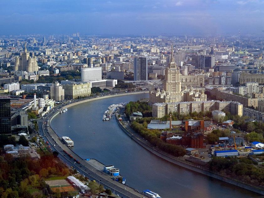 """Blick vom 62. Stockwerk im Federazija Tower nach Osten: rechts das Radisson Royal Hotel (vormals Hotel Ukraine), eine der """"Sieben Schwestern"""""""
