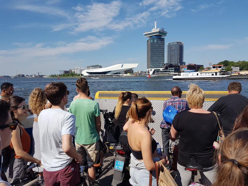 Blick von der Fähre auf das EYE Filmmuseum und den Shell-Tower mit dem A'DAM Lookout