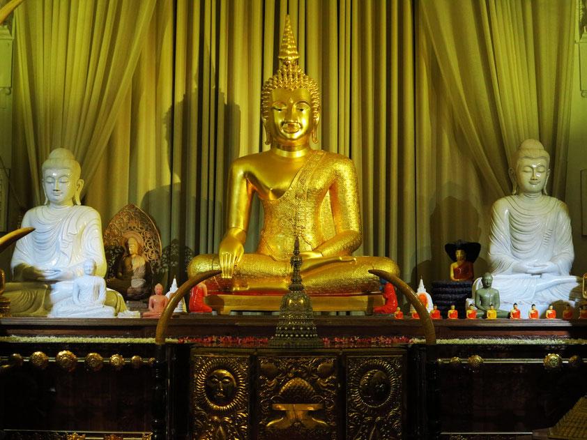 In der Mitte eine Kopie des siegreichen Buddha Jinnaraj aus dem thailändischen Phitsanulok