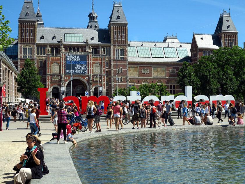 """Rijksmuseum Amsterdam, davor """"I Amsterdam"""", ein Willkommensgruß, ein Slogan, ein Zeichen der Integration, ein greifbares Symbol"""