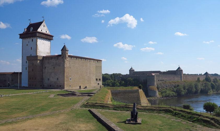 Am Ufer des Grenzflusses Narva liegen die beiden Festungen, die Hermannsfeste in Estland (links) und die russische Festung Iwangorod.
