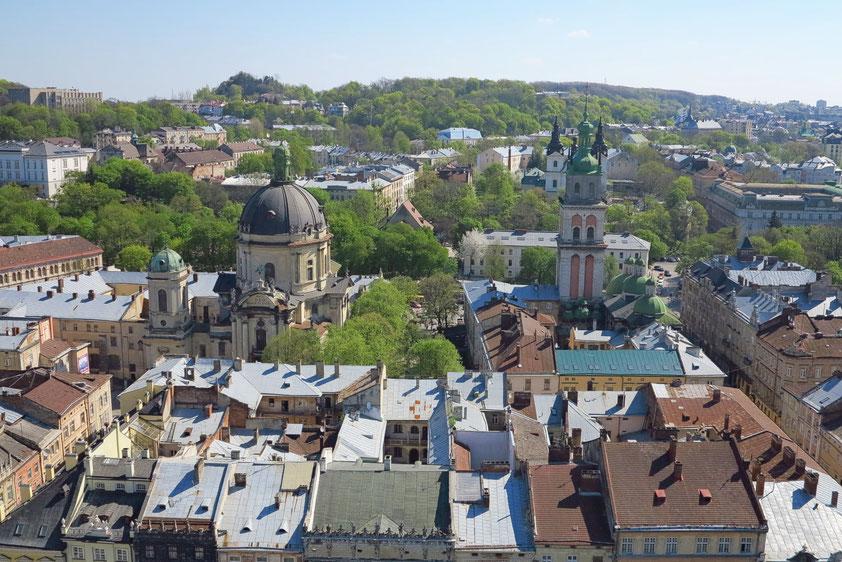 Blick vom Rathausturm nach Osten, mit der Kathedrale des Dominikanerordens von 1745 (links) und der Mariä-Himmelfahrts-Kirche (rechts)