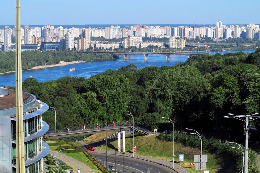 Blick vom Hotel Salute (Zimmer 705 im 7. Stockwerk) nach SE zum Fluss Dnepr (Dnipro) und zur Patona-Brücke