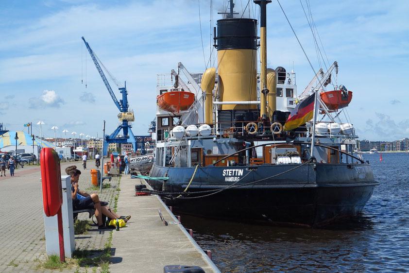 Im Hafen von Rostock. Die STETTIN ist ein kohlebefeuerter Dampf-Eisbrecher von 1933, heute ein technisches Kulturdenkmal.