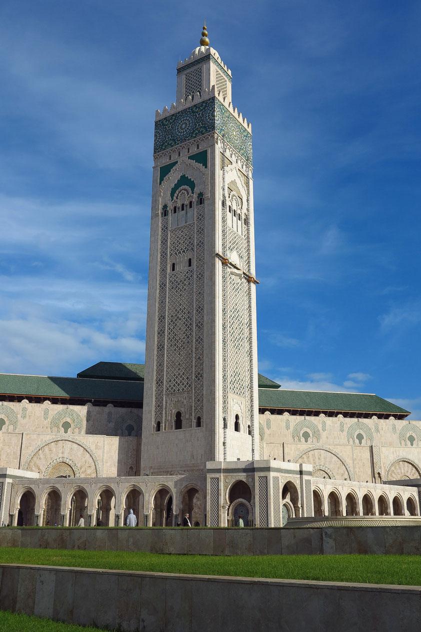 Casablanca. Hassan-II.-Moschee. Das Minarett ist mit 210 Metern Höhe das derzeit höchste Minarett und das höchste religiöse Bauwerk der Welt.