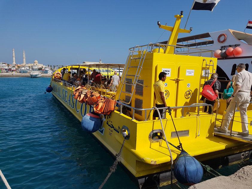 Mit dem Glasboden-Katamaran zu den Korallenbänken vor Hurghada