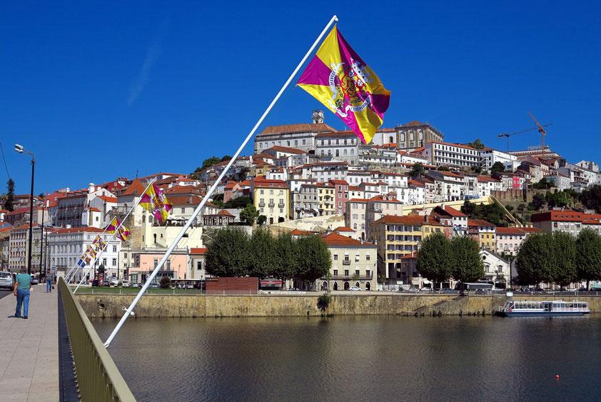 Coimbra. Blick vom Fluss Mondego auf die obere Altstadt mit der Universidade de Coimbra