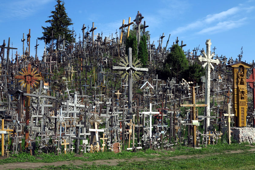 Berg der Kreuze, ein katholischer Wallfahrtsort, nordöstlich von Siauliai (Schaulen). Symbol des nationalen Widerstands gegen die kommunistische Herrschaft der Sowjets in Litauen. 1993 besuchte Papst Johannes Paul II. diesen Ort.