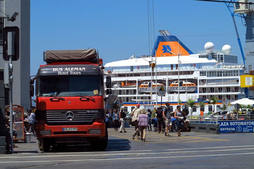 Alternatives Reisen: mit dem Luxus-Kreuzfahrtschiff oder mit dem rollenden Hotel, mit extremen Preisunterschieden