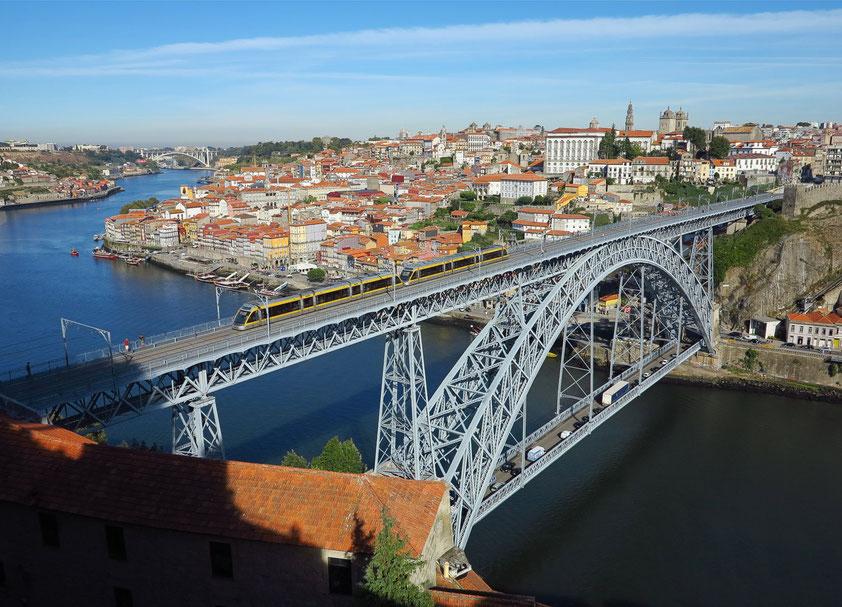 Blick von der Terrasse der Igreja da Serra do Pilar auf die Ponte Luís I über den Douro und auf die Altstadt von Porto