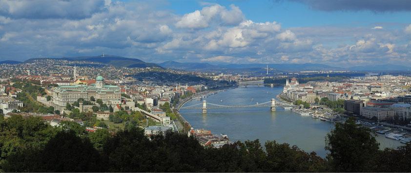 Panoramablick vom Gellértberg auf die Donau (mit Kettenbrücke) und die beiden Budapester Stadtteile Buda (mit dem Burgpalast) und Pest