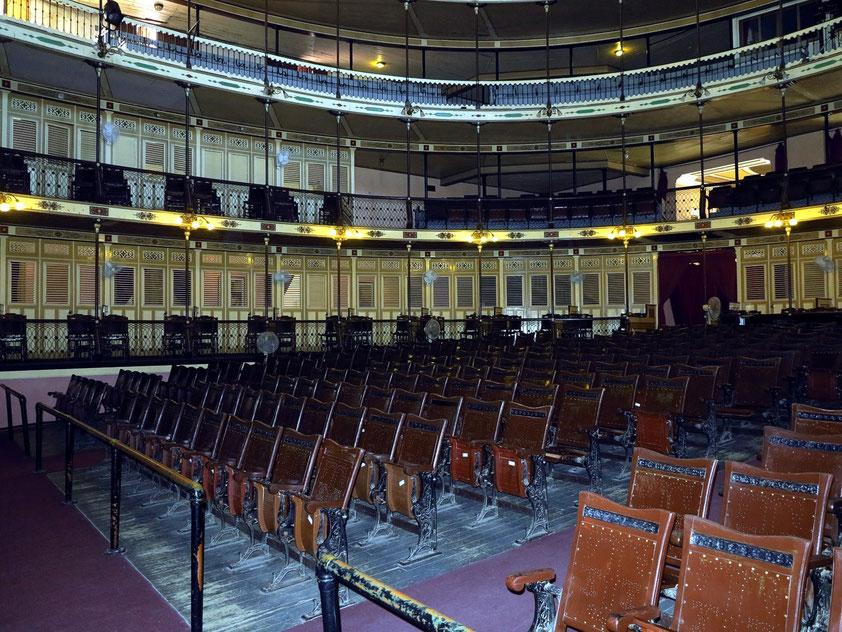 Cienfuegos. Teatro Tomás Terry. Der Zuschauerraum des etwa 950 Personen fassenden Theaters hat drei Ränge.