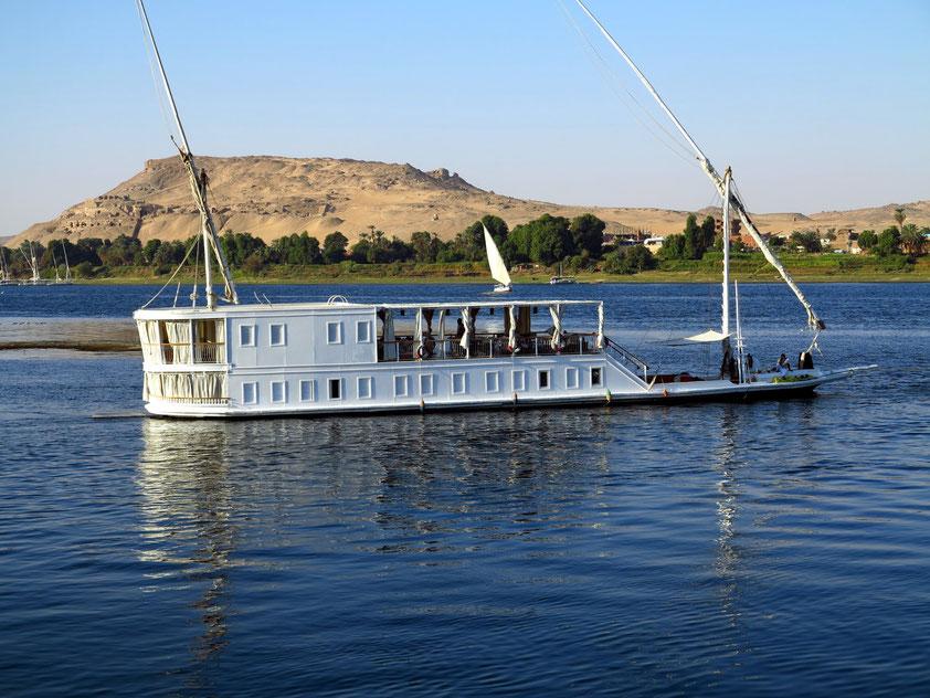 Kleines Nilkreuzfahrtschiff bei Assuan