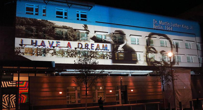Lichtinstallation an der südlichen Fassade des Botschaftsgebäudes der USA