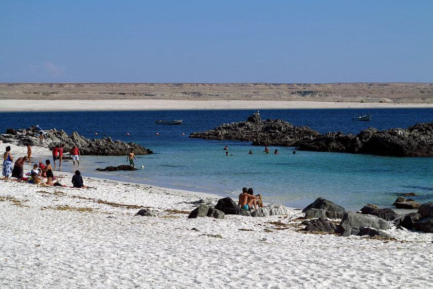 Sandstrand von Caldera. Im Hintergrund die Bahía Inglés