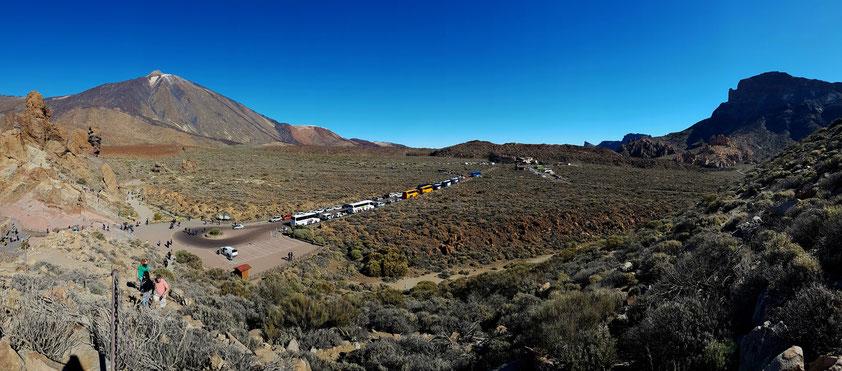 Panoramaaufnahme vom Mirador Llano de Ucanca in die entgegengesetzte Richtung: Roques de García (links), Pico del Teide,  Montaña Blanca, Parador de las Cañadas del Teide und Montaña de Guajara