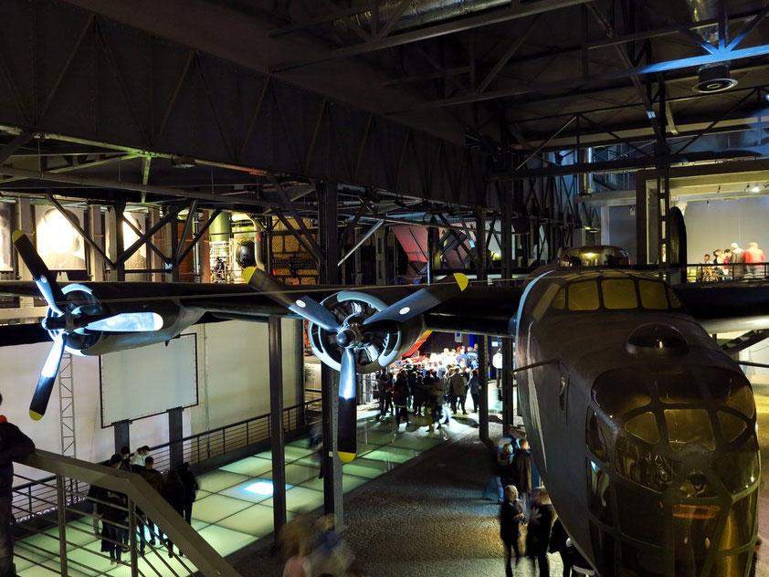 Nachbau des Flugzeugs Liberator B-24J, einem der britischen Flugzeuge, die über dem aufständischen Warschau Waffen und Lebensmittel abwarfen.
