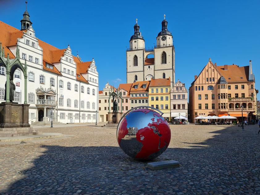 Lutherstadt Wittenberg. Marktplatz mit Stadtkirche St. Marien, Rathaus, Lutherdenkmal und Melanchthondenkmal (links)