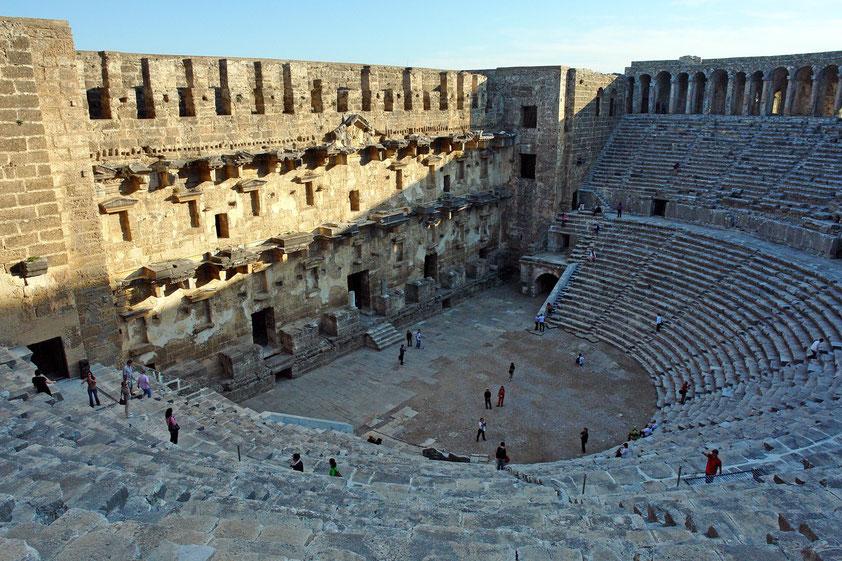Das römische Theater von Aspendos besitzt 41 Sitzreihen, die durch einen Zwischengang geteilt werden, und bietet bis zu 20.000 Zuschauern Platz.
