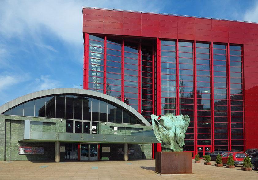 """Krakauer Oper im neuen Gebäude in der Lubicz-Straβe, seit Dezember 2008. Skulptur """"Nàscita di Eros"""" von Igor Mitoraj"""