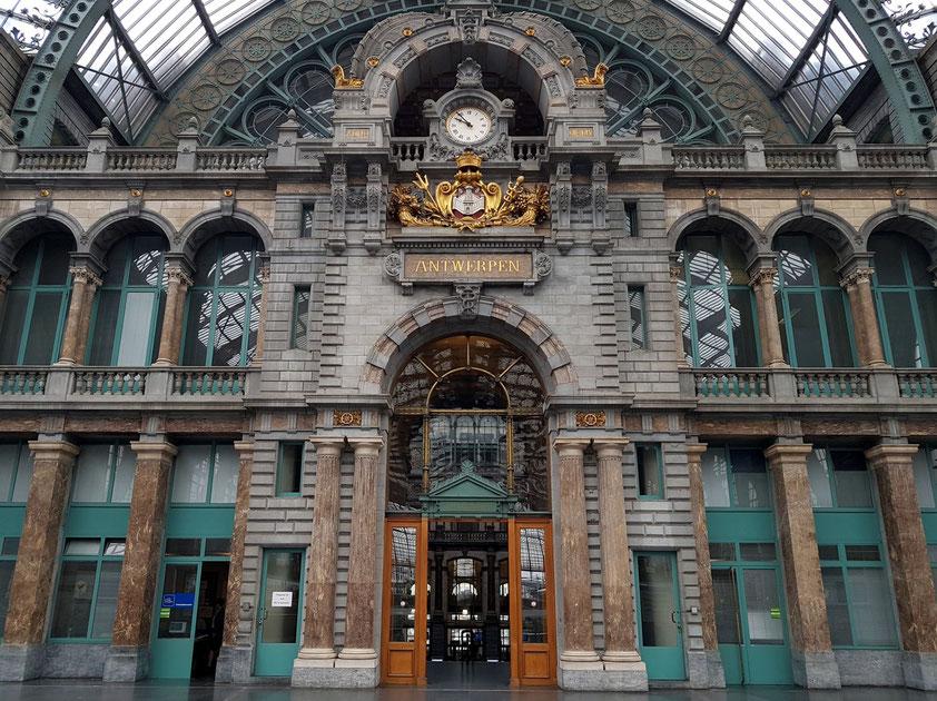 Rückansicht des Empfangsgebäudes und Teil der gläsernen Überdachung der Gleise