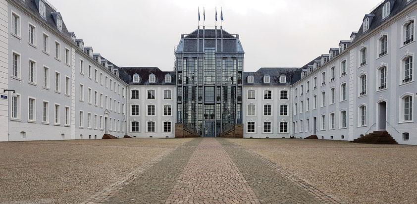 Schloss Saarbrücken.  Der Mittelbau wurde nach einem Entwurf Gottfried Böhms mit einem Stahlskelettbau in den Maßen des ehemaligen barocken Mittelpavillons überbaut.