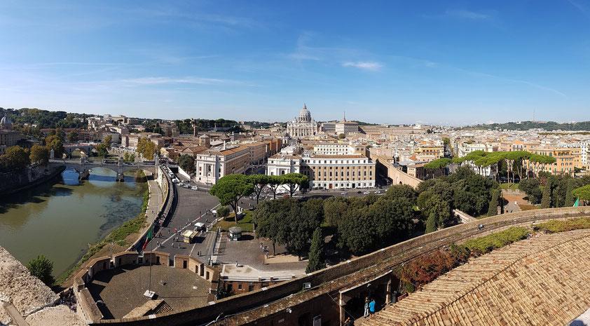 Panoramablick von der Engelsburg auf Tiber und Vatikanstadt